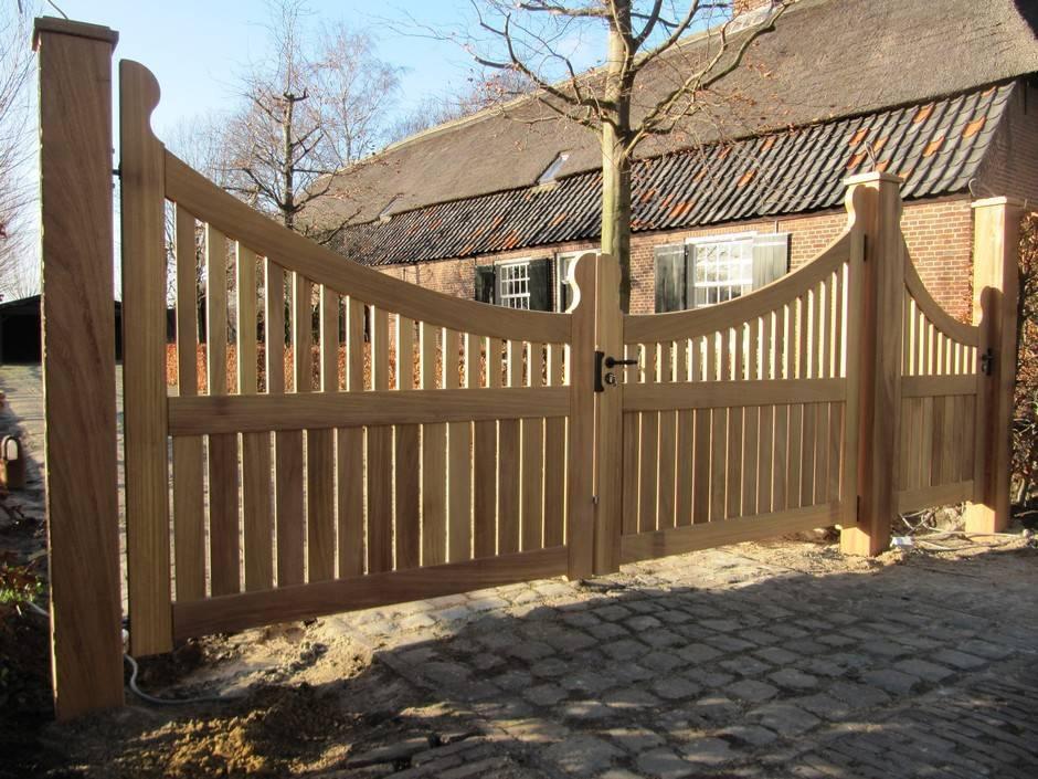 Houten elektrisch hek met looppoort, landelijke uitstraling. Maatwerk van zeer duurzaam hout.