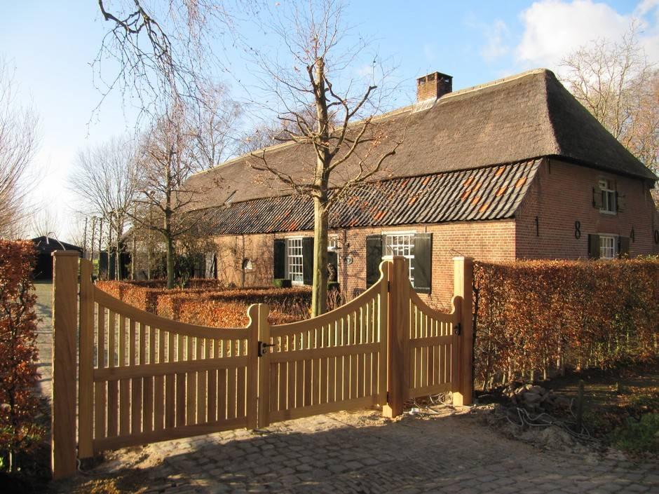 Houten hek met looppoort, landelijke uitstraling. Maatwerk van zeer duurzaam hout.