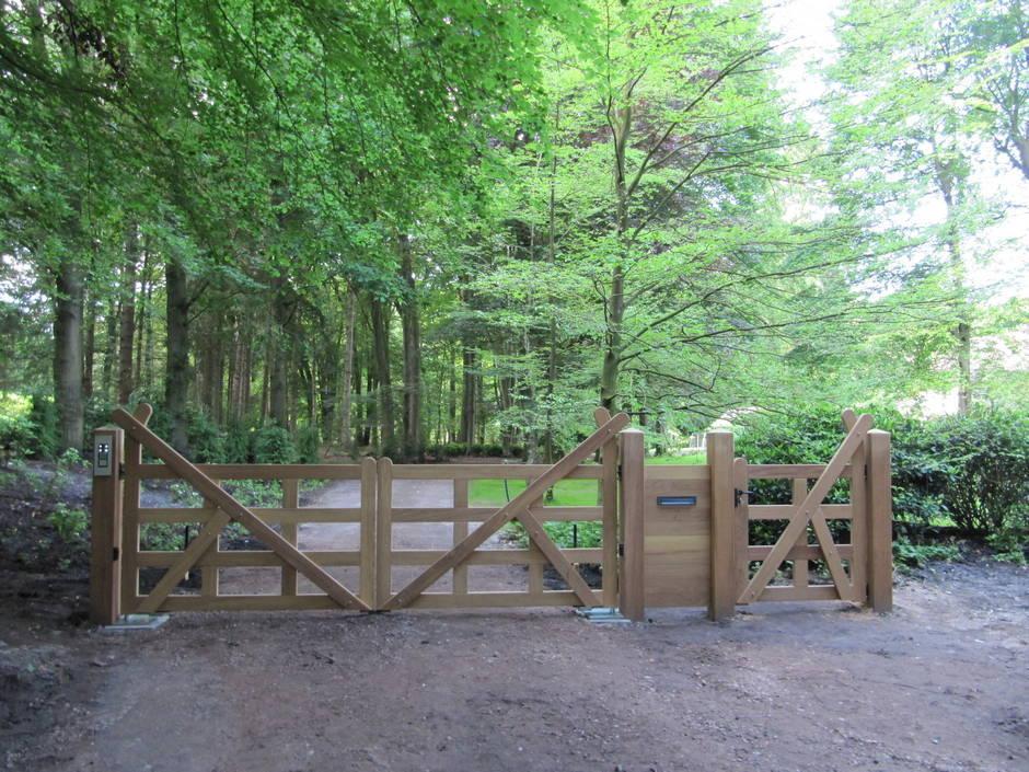 Engelse houten poort. Met poortautomatisering, brievenbus deel en looppoort. Houten open Engelse poort / inrijpoort met ondergrondse poortopener en intercom - Farm Poorten.