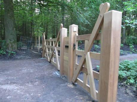 Houten open Engelse poort / inrijpoort met ondergrondse poortopener en intercom - Farm Poorten
