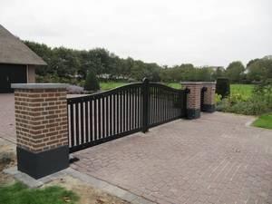Houten poort - Open inrijpoort met looppoort en ondergrondse poortopener - Farm Poorten