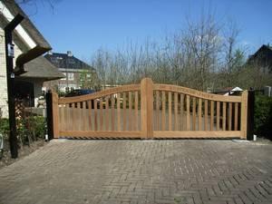 Houten poort - Open houten inrijpoort met intercom, ondergrondse poortopener en gravering - Farm Poorten