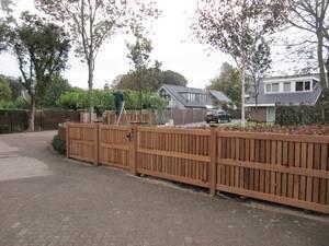 Houten hekwerk, houten inlooppoort en een houten schuifpoort van zeer duurzaam hout en voorzien van schuifpoort motor.
