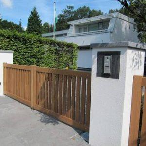 Houten poort - open, strak / recht design - met ondergrondse poortopener en intercom systeem - Farm Poorten