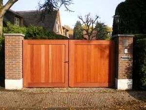 Strakke, dichte houten poort. Op maat gemaakt van zeer duurzaam hout.