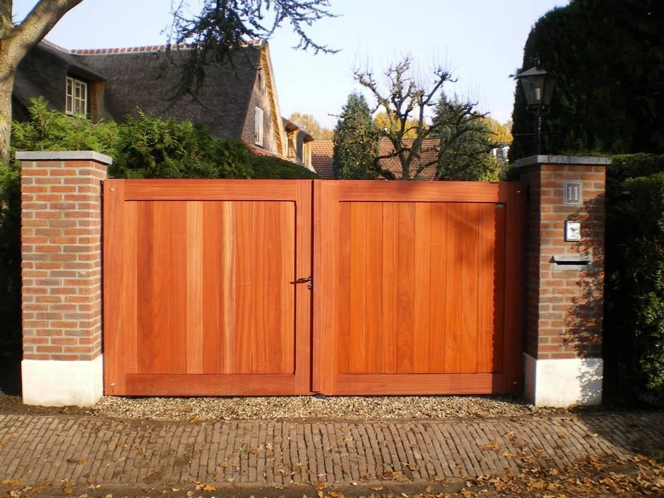 Strakke, dichte houten poort. Stijlvolle toegangspoort. Op maat gemaakt van zeer duurzaam hout.
