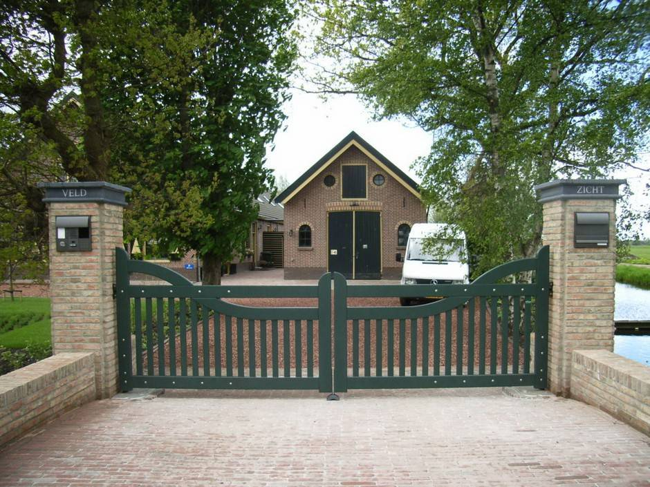 Toegangspoort voorzien van poortautomatisering. Houten poort - Toegangspoort met intercom en ondergrondse poortopener - Farm Poorten