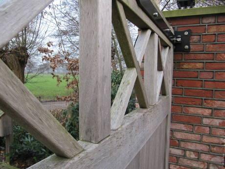 Dichte houten inrijpoort met ondergrondse poortopener - Farm Poorten