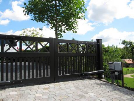 Open inrijpoort - hout - zwart - met lineaire poortopener, intercom en codeklavier - Farm Poorten