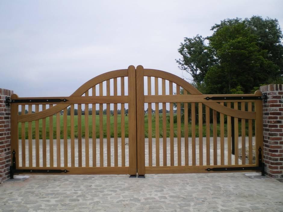 Automatische poort, inrij poort landelijke stijl. Inrijpoort van hout. Landelijk open model. Voorzien van smeedijzeren beslag. Inrijpoort - Houten poort - Open hardhouten inrijpoort met ondergrondse poortopener - Farm Poorten.