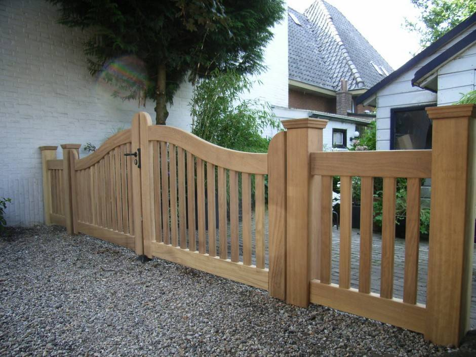 Open houten poort van zeer duurzaam hout met aan beide zijden hekwerk in zelfde stijl. Open poort - hout - Hardhouten inrijpoort met hekwerk - Farm Poorten.