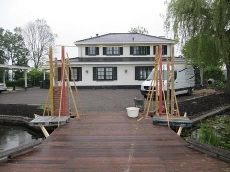 Farm Poorten: alles in één hand. Ook het metselen van de penanten (zuilen) en het installeren van uw poort of hek. Door heel Nederland.