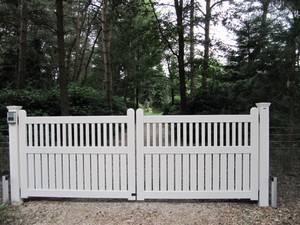 Witte houten poort, strak design. Ambachtelijk gemaakt van zeer duurzaam hout en voorzien van diverse lagen witte lak.