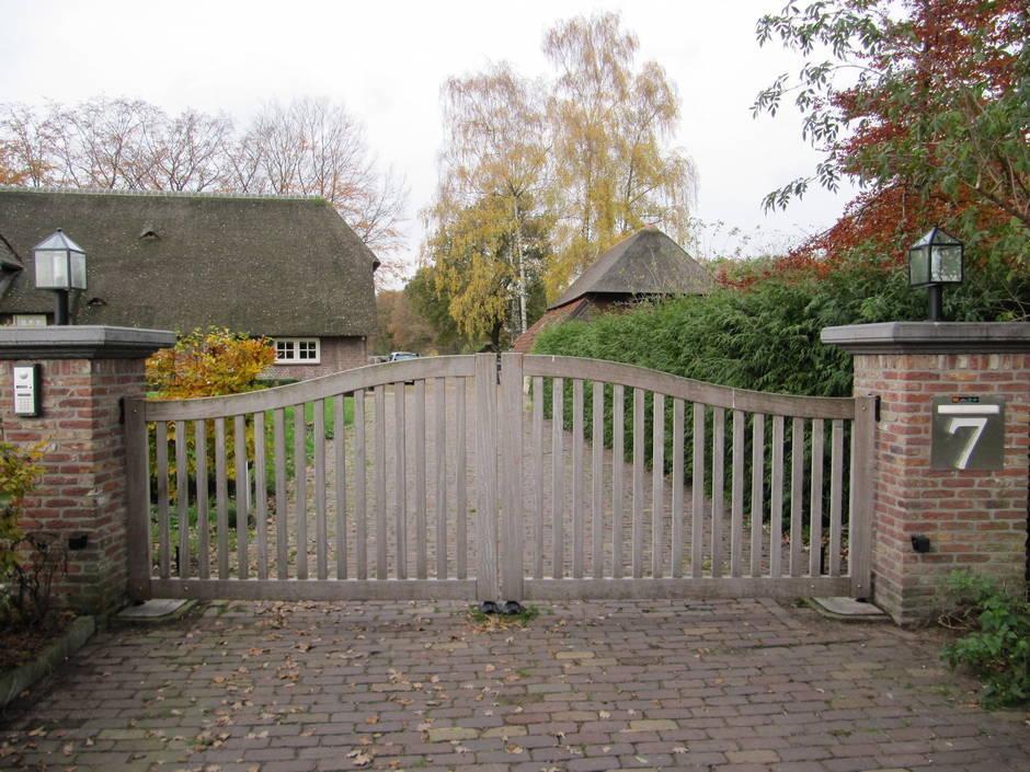Open houten inrijpoort met ondergrondse poortopener - Farm Poorten
