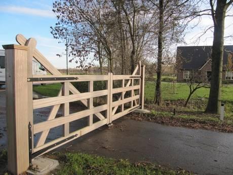 Engelse poort, zeer duurzaam hout. Landelijke automatische poort. Houten open inrijpoort - Landelijke poort met ondergrondse poortopener - Farm Poorten