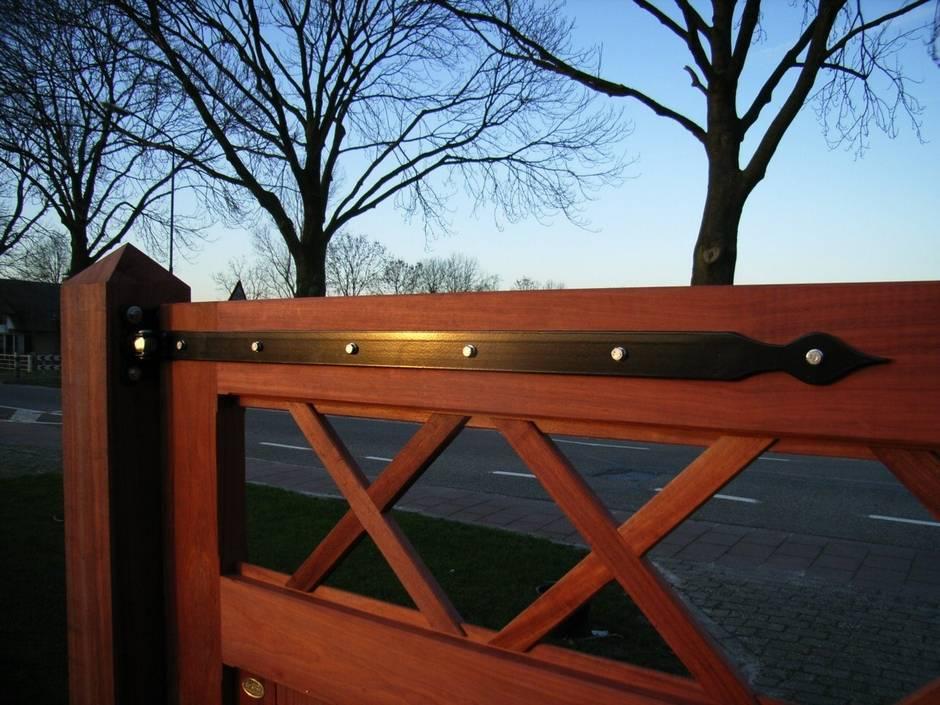 Farm Poorten maakt voor elke poort passend smeedijzeren beslag. Zeer duurzame houten inrijpoort, dichte houten poort voorzien van smeedijzeren beslag. Poort vergrijsd.