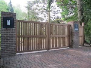 Houten inrijpoort, open houten poort van zeer duurzaam hout. Met intercomsysteem.