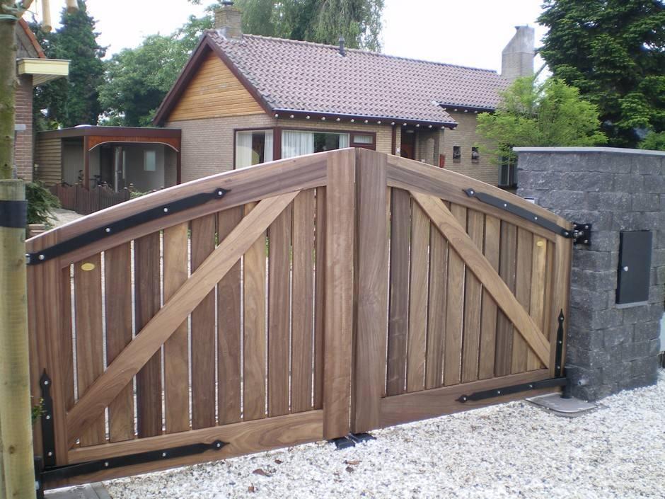 Inrij poort van zeer duurzaam hout met op maat gemaakt smeedijzeren beslag. Maatwerk houten inrijpoort. Poort - Open houten inrijpoort met ondergrondse poortopener - Farm Poorten.