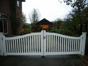 Poort van duurzaam hout, wit gespoten.