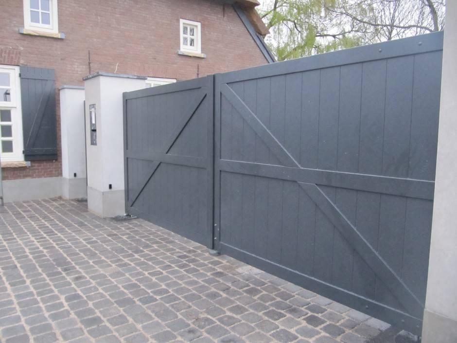 Houten, dichte poort / inrijpoort (grijs) met ondergrondse poortopener - Farm Poorten
