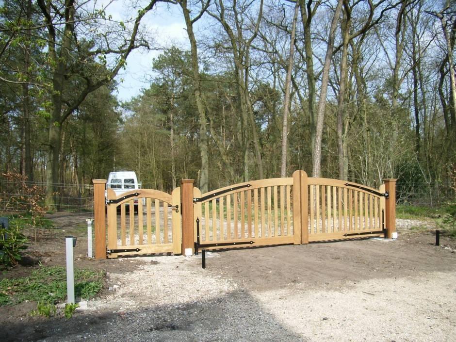 Open houten inrijpoort - Hardhouten poort met ondergrondse poortopener en looppoort - Farm Poorten
