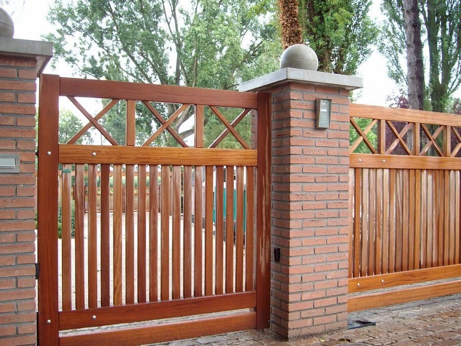 Grote strakke houten poort voorzien van poortautomatisering.