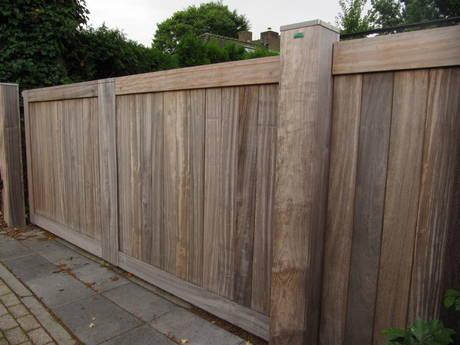 Dichte schuifpoort van hout met poort automatisering / poortopener - Door Farm Poorten