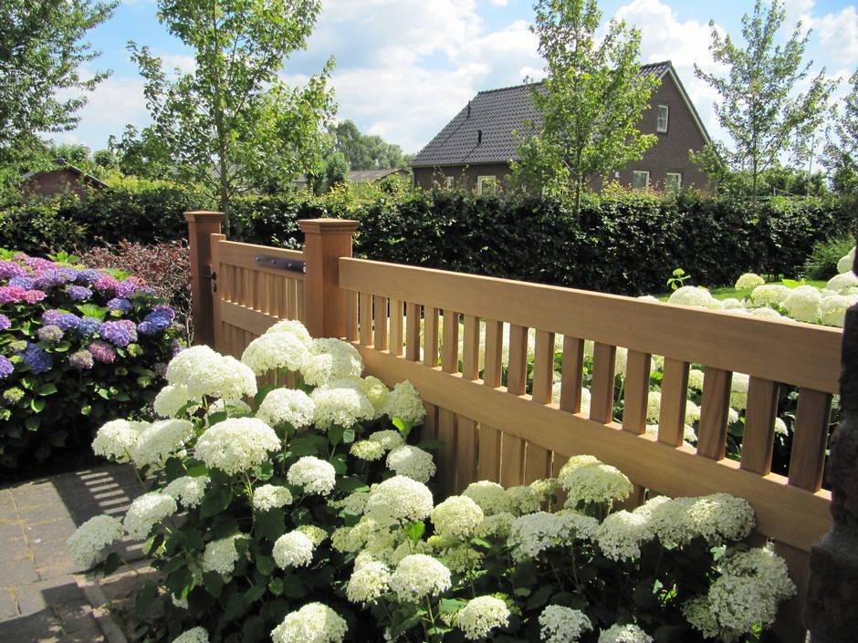 Tuinhek van duurzaam hout. Dicht tuinhek met houten hekwerk - door Farm Poorten op maat gemaakt.