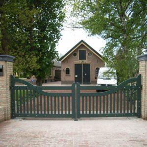 Automatische poort van duurzaam hout en voorzien van topkwaliteit verflagen.