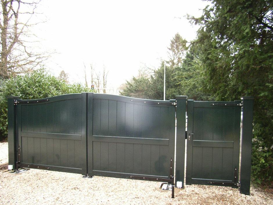 Dichte houten poort. Duurzaam hout en topkwaliteit verflagen.