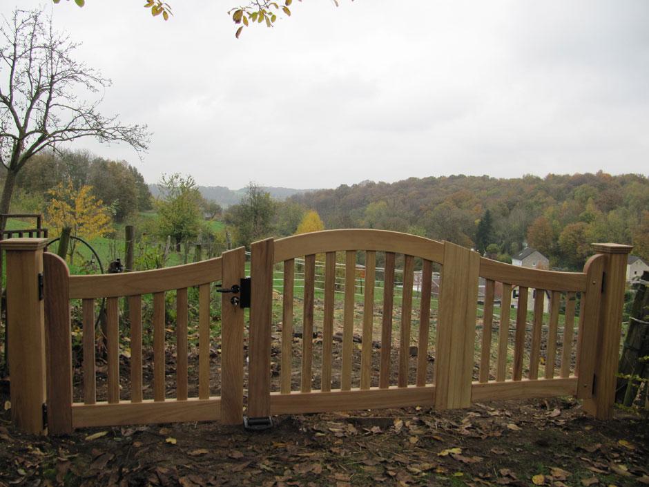 Landelijk hek van zeer duurzaam hout. Maatwerk van Farm Poorten. Met smeedwerk beslag.