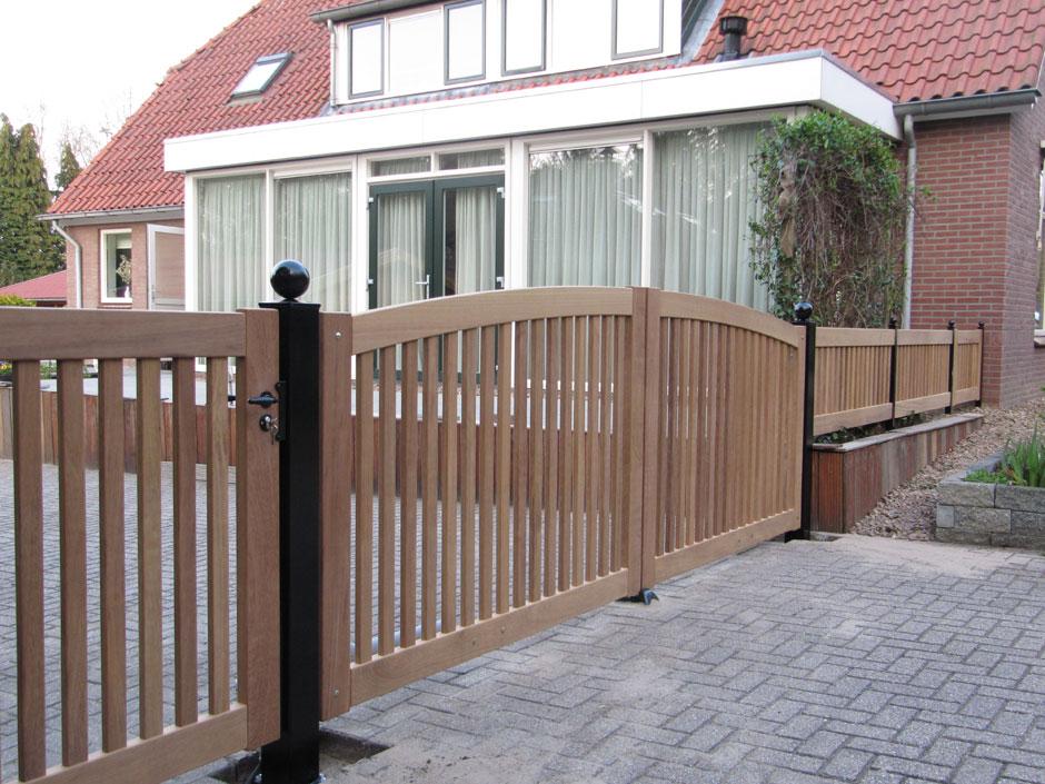 Hekwerk van hout met houten hek en een houten loop hek er naast.