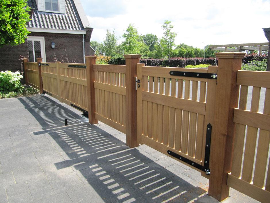 Hekwerk van zeer duurzaam hout. Groot hek met loop hek. Met automatisch toegangshek.