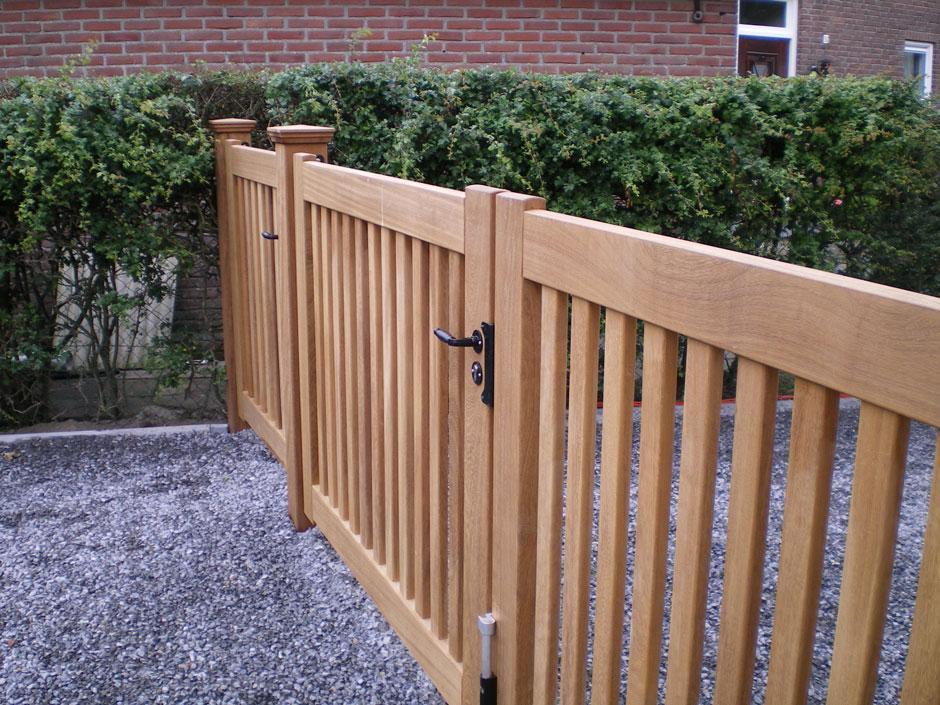 Hekwerk van hout met hek en loophek.