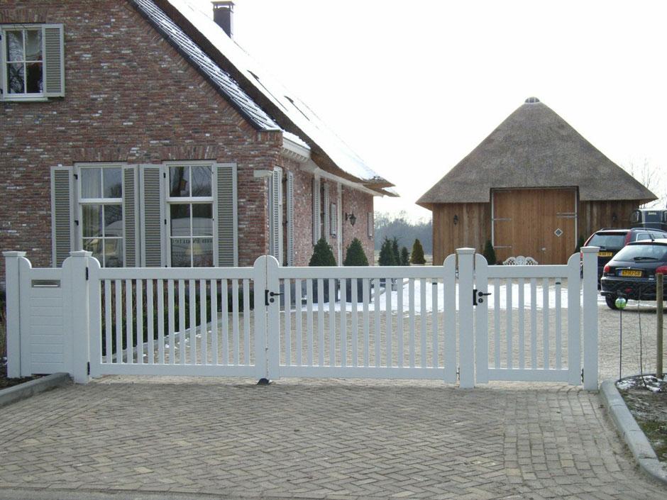 Wit hekwerk met groot hek en een loophek. Duurzaam hout.