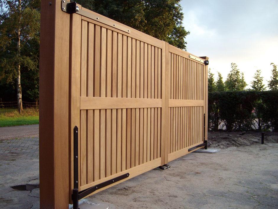 Groot houten hek. Elektrisch hek met ondergrondse hekopener. Strakke vorm.