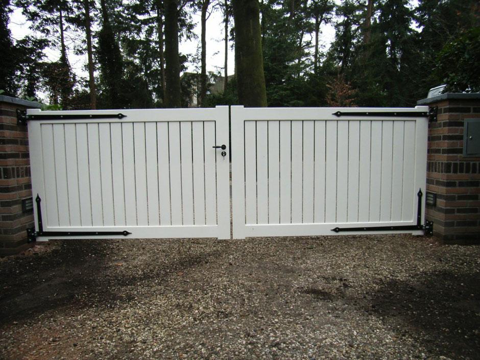 Strakke witte poort van duurzaam hout.