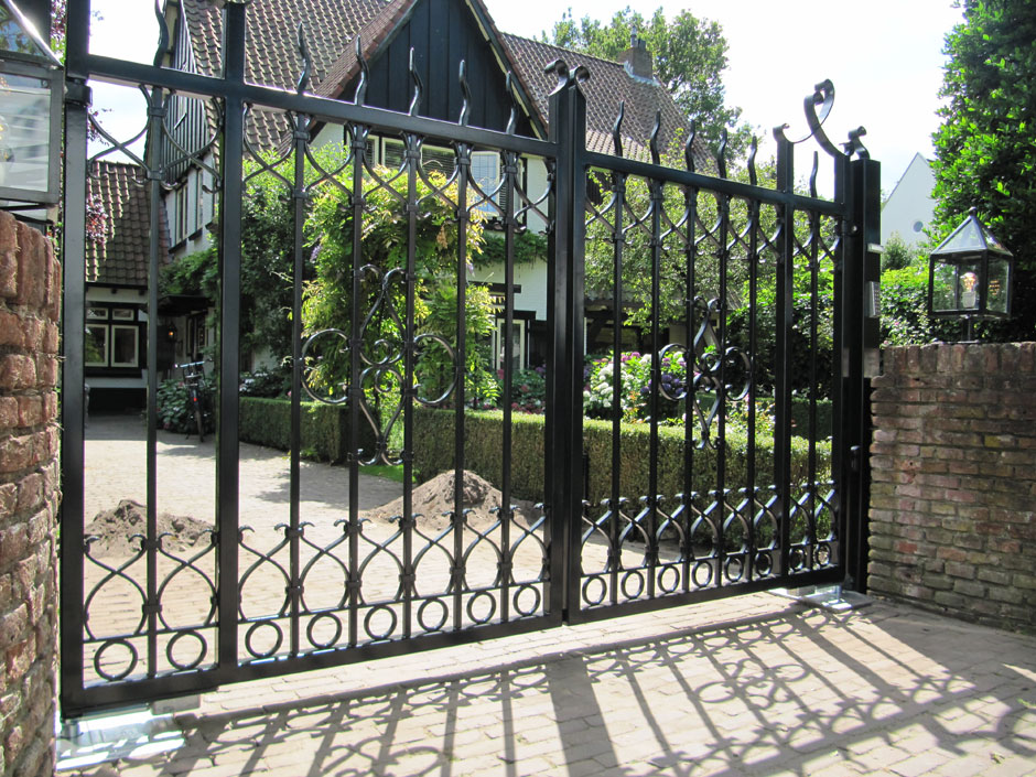 Smeedijzeren poort, eigen design. Op maat gemaakt. De poort gaat automatisch open en dicht.