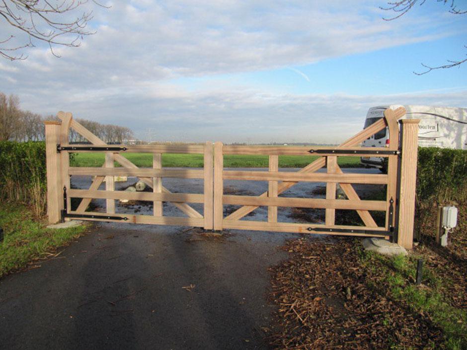 Landelijk hek, landelijke poort van zeer duurzaam hout voor een hele lange levensduur. Elektrisch hek. Voorzien van ondergrondse hekopener.