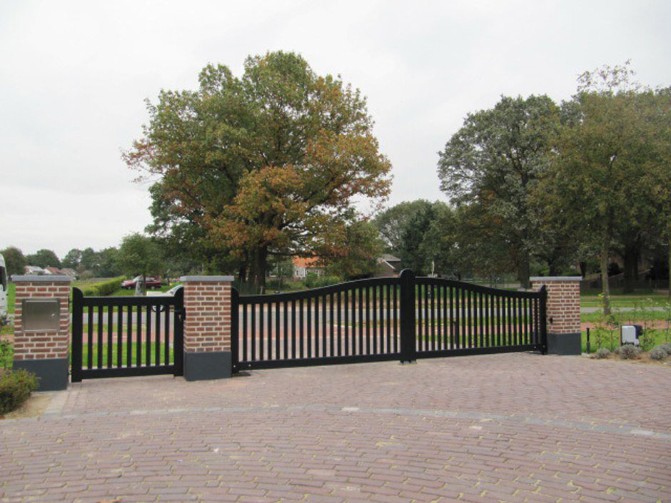 Open houten poort, elektrische poort, met looppoort er naast