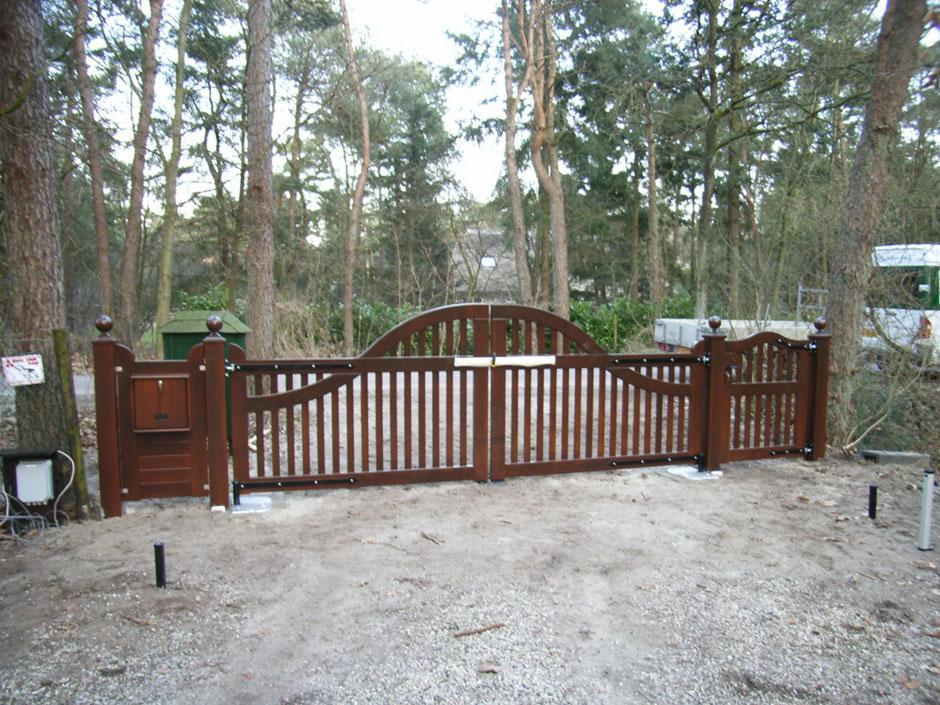 Grote poort op maat gemaakt. Duurzaam hout. Voorzien van ondergrondse poortopener.