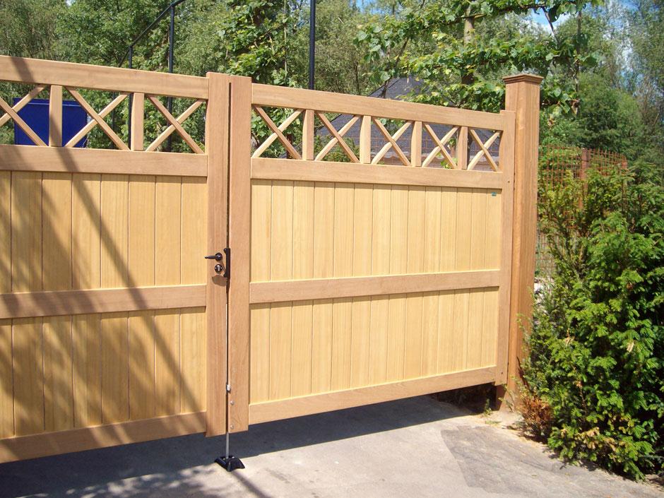 Maatwerk dichte houten poort. Ambachtelijk vakmanschap op maat gemaakt door Farm Poorten.