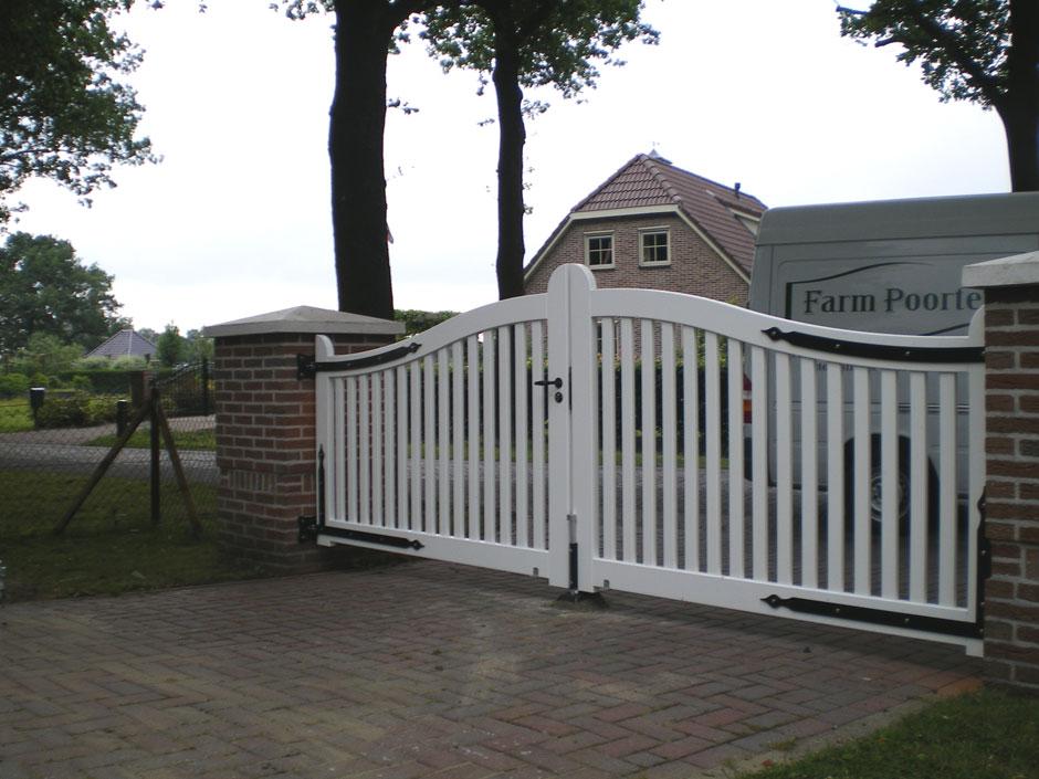 Witte houten poort. Houten inrij poort. Zeer duurzaam hout. Ambachtelijk vakmanschap voor vele jaren. Op maat gemaakt door Farm Poorten.