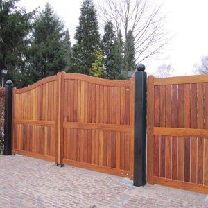 Grote houten poort met ondergrondse poortopener. Maatwerk vakmanschap van Farm Poorten. Zeer duurzaam hout. Onderhoudsarm, vergrijsd.