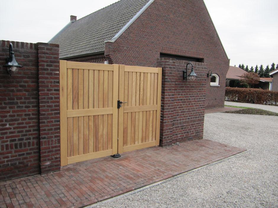 Houten poort, strak design. Maatwerk van Farm Poorten.