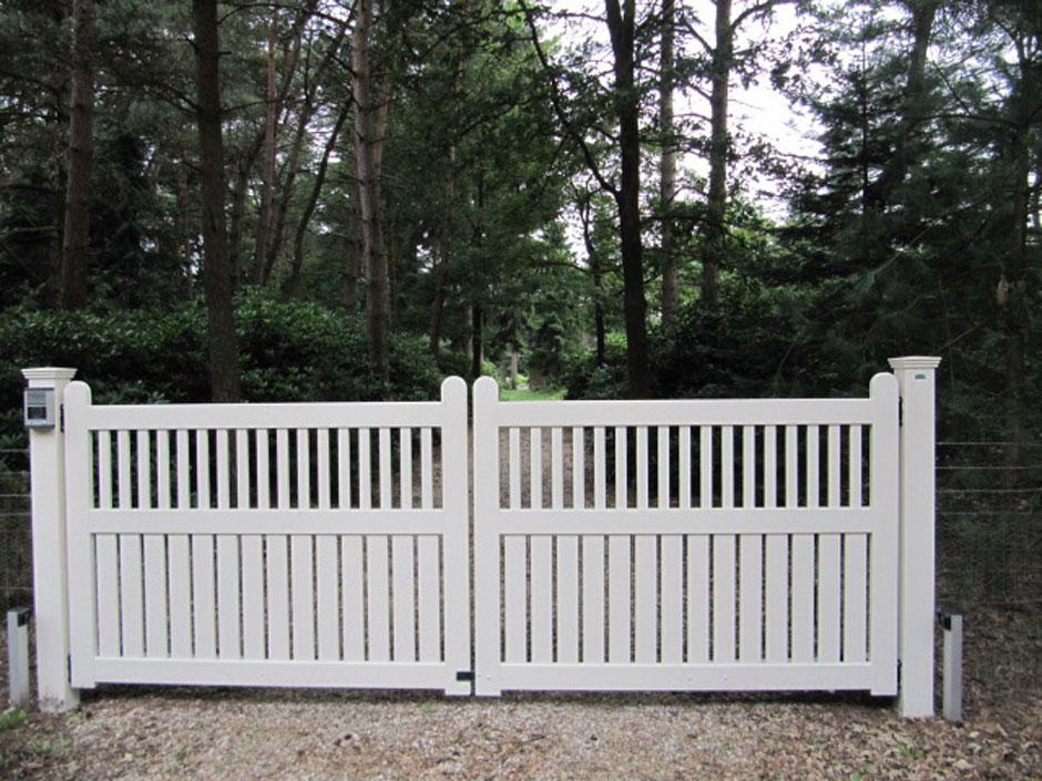 Witte houten poort.