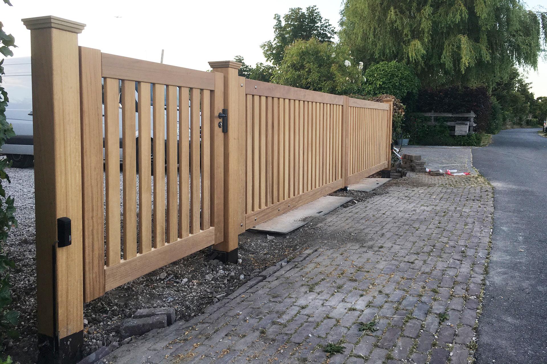 Elektrische poort. Moderne houten poort van Farm Poorten. Elektrische houten poort, draaipoort. Farm Poorten maakt houten hekken, houten poorten en houten hekwerk op maat. Duurzaam vakmanschap. Alles in één hand, van productie tot en met installatie en poortautomatisering.