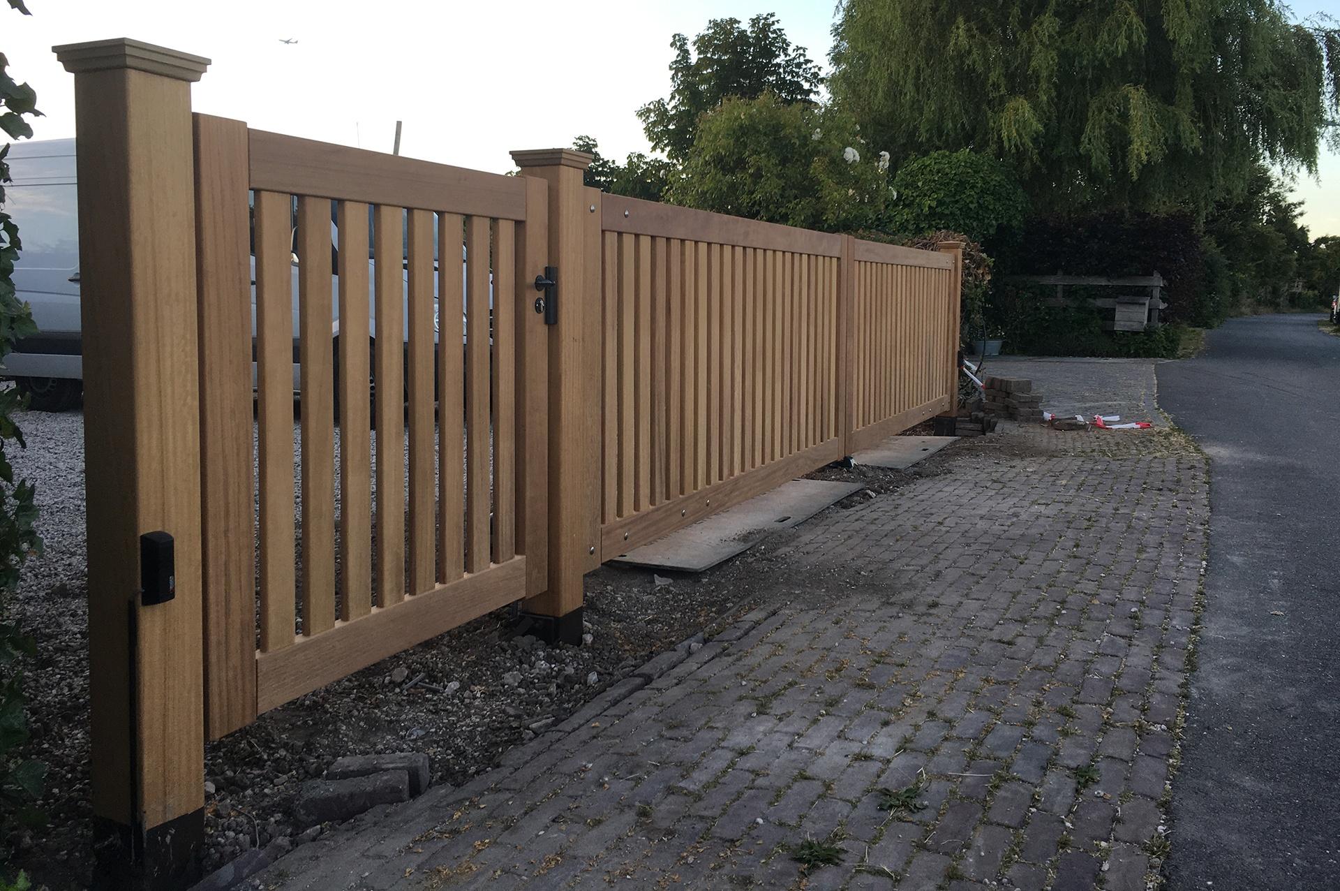 Moderne houten poort van Farm Poorten. Elektrische houten poort, draaipoort. Farm Poorten maakt houten hekken, houten poorten en houten hekwerk op maat. Duurzaam vakmanschap. Alles in één hand, van productie tot en met installatie en poortautomatisering.