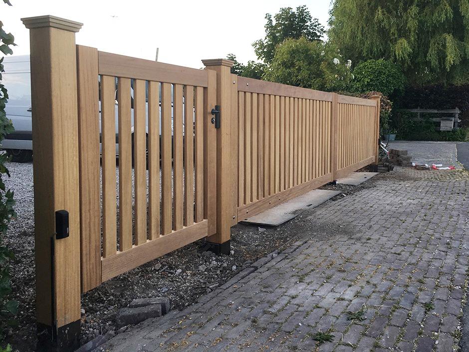 Automatische poort. Moderne houten poort van Farm Poorten. Elektrische houten poort, draaipoort. Farm Poorten maakt houten hekken, houten poorten en houten hekwerk op maat. Duurzaam vakmanschap. Alles in één hand, van productie tot en met installatie en poortautomatisering.