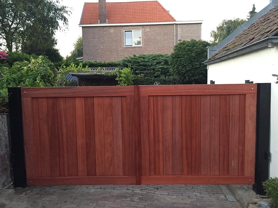 Dichte houten poort van zeer duurzaam hout. Grote dichte houten draaipoort. Exclusief maatwerk van Farm Poorten.